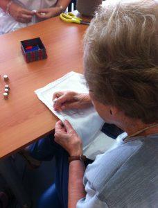 Taller de costura amb malalts d'Alzheimer