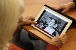 Malalt d'alzheimer usant tablet