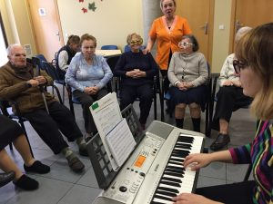 Sessió de musicoteràpia amb persones amb Alzheimer